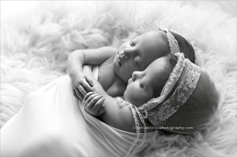 natural-newborn-twin-photography-black-and-white